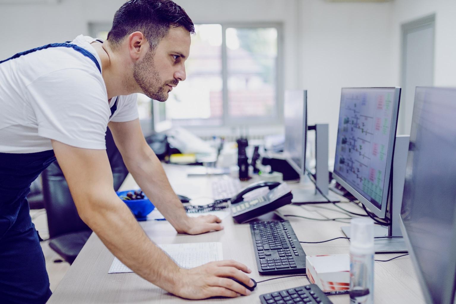 Technicien qui vérifie un écran
