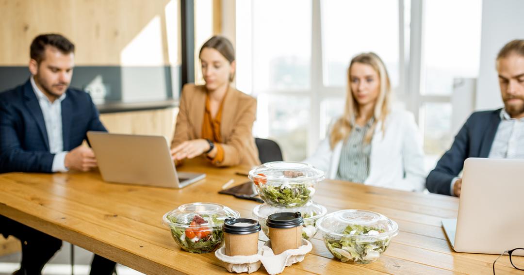 Kollegor äter lunch