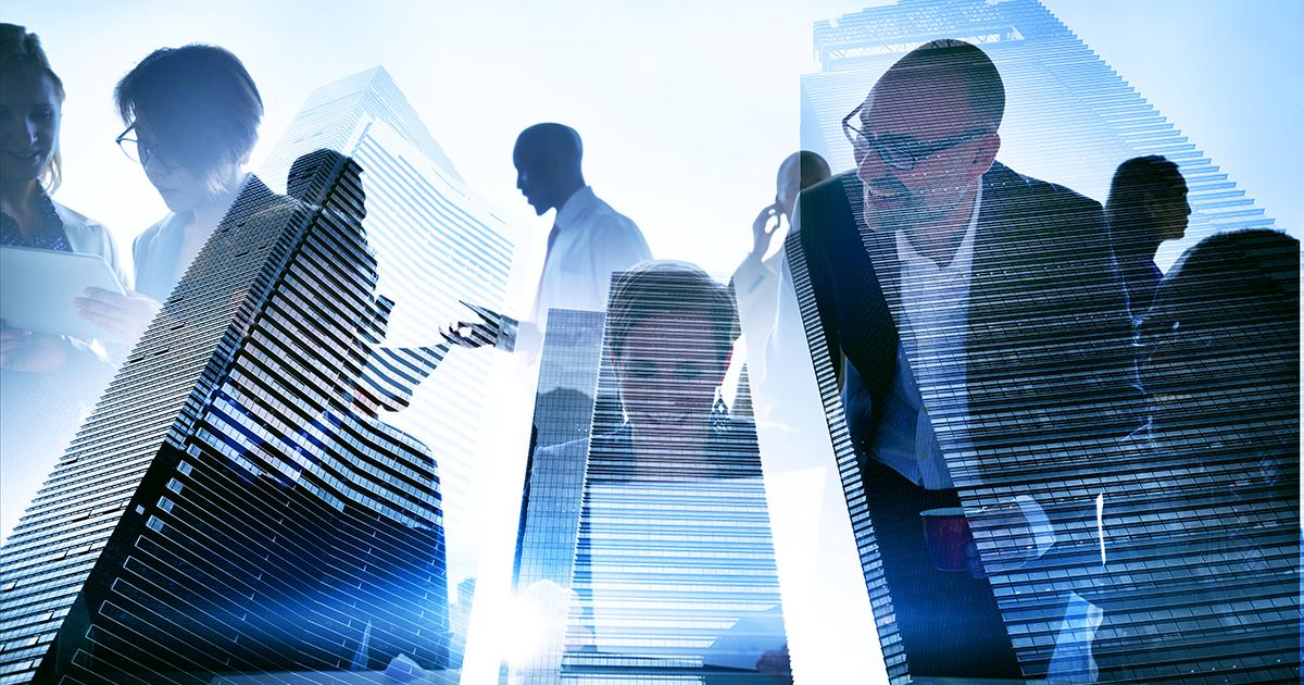 Menschen in einer Büroumgebung vor dem Hintergrund von Bürogebäuden