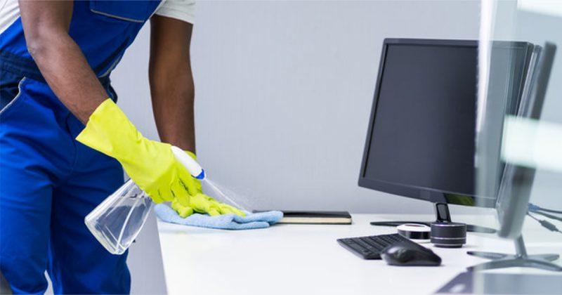 Personen städar skrivbordet