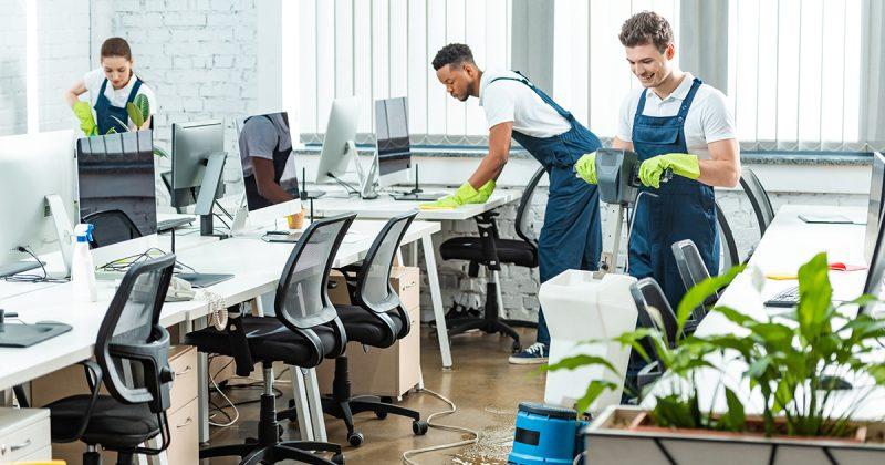 Team maakt kantoor schoon